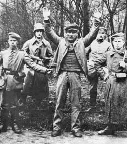 Pasukan Freikorps menahan seorang simpatisan komunis