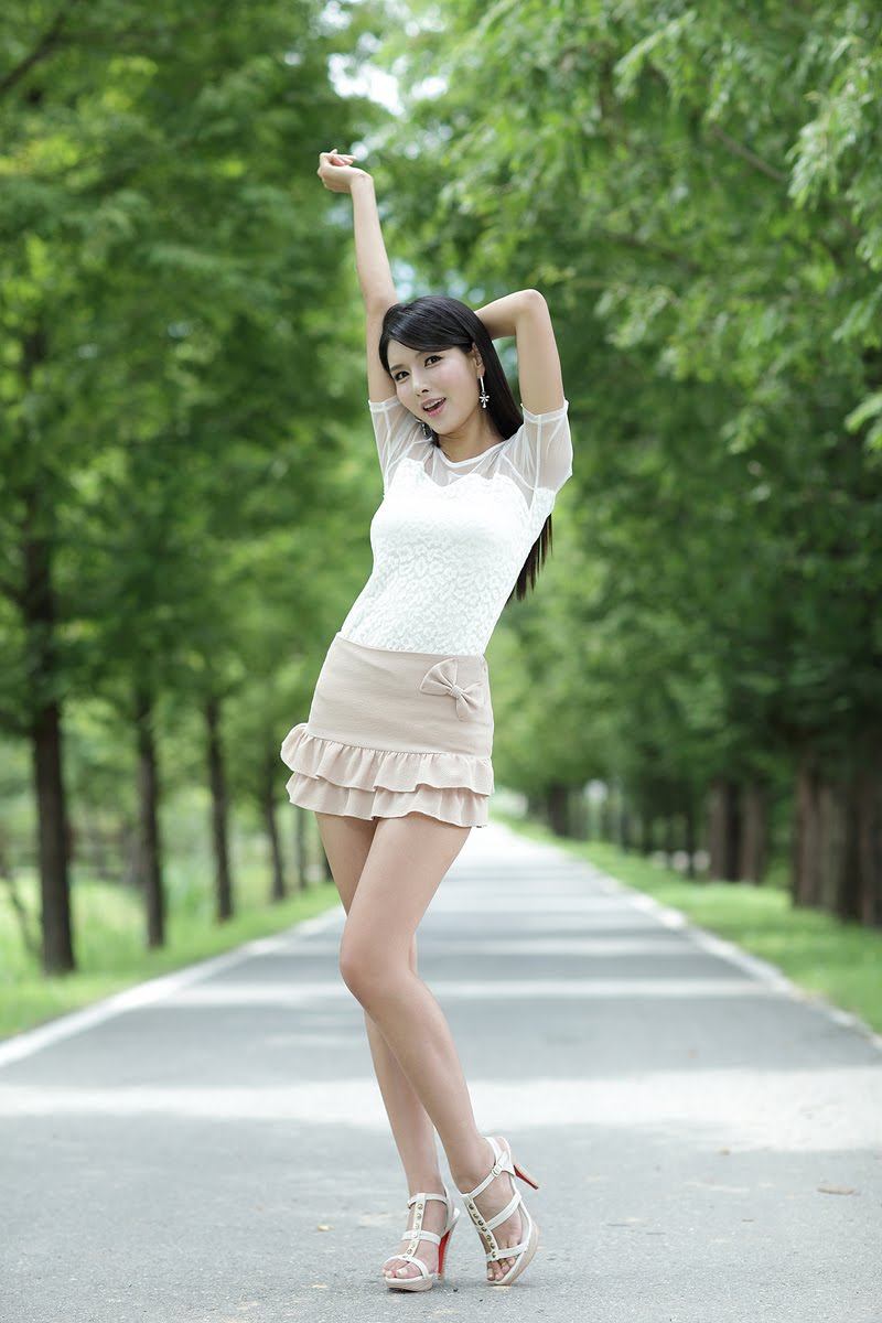 花虽好有时枯 (huā suī hào yǒu shí kū) - Flower although beautiful, sometime withered 只有爱不能移 (zhǐ yǒu ài bù néng yí) - Only love is not moved