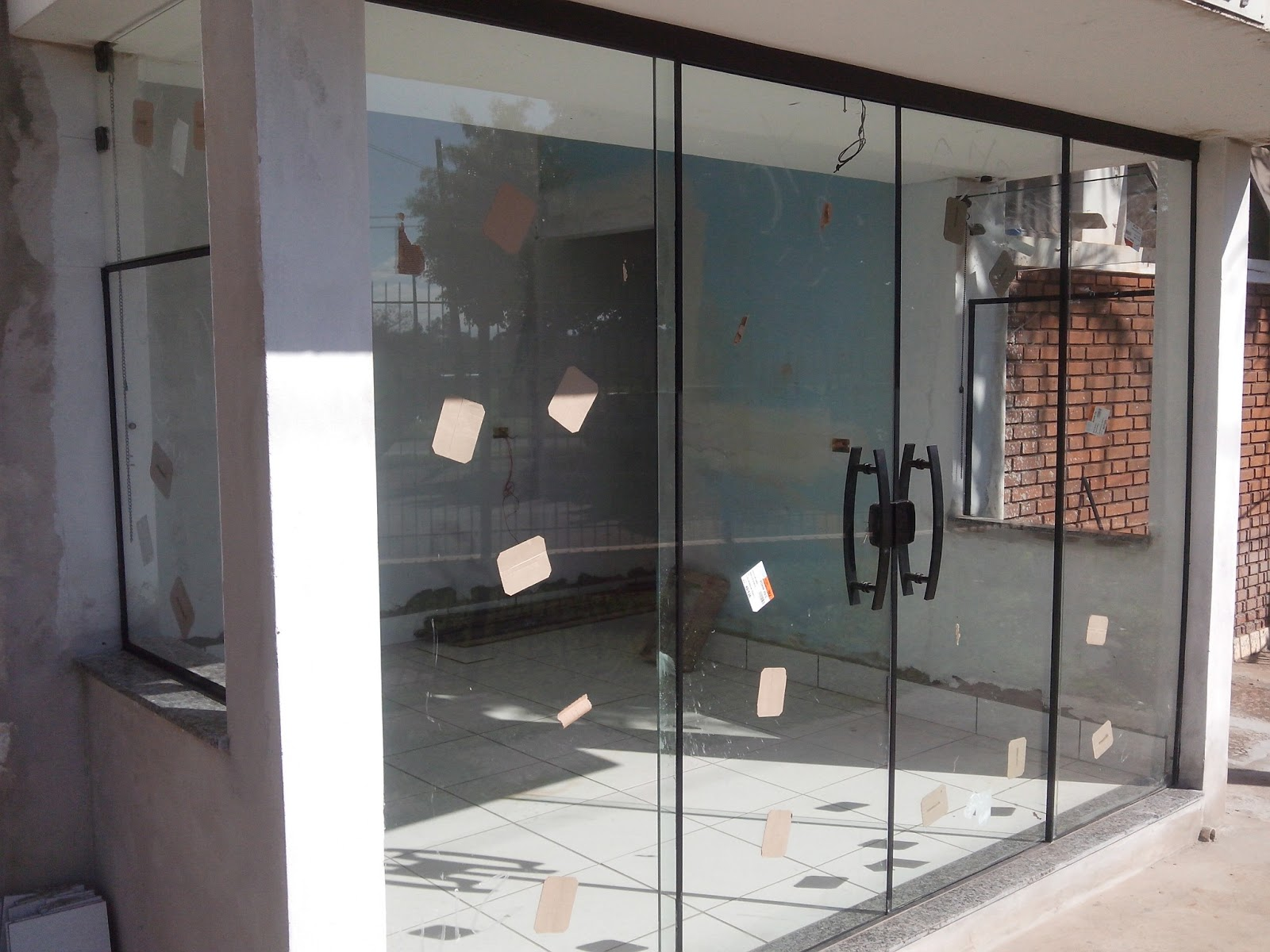 #7C5B4F Porta no sitema de 04 vidros Vidro Incolor com perfil na cor Preto 318 Janelas De Vidro Temperado Em Ribeirão Preto