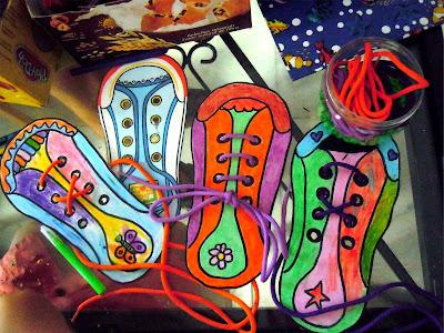 Resultado del proceso de creación de zapatos de cartón: siluetas coloreadas, algunas ya con cordones ensartados. Fotografía ©Selene Garrido Guil