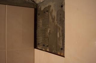 укладка плитки на шурупы для выравнивания мелких неровностей стены