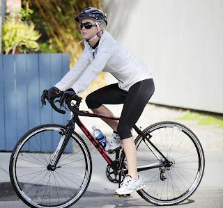 Ejercicio: mujer en bicicleta