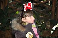 Menina com orelha de Minnie
