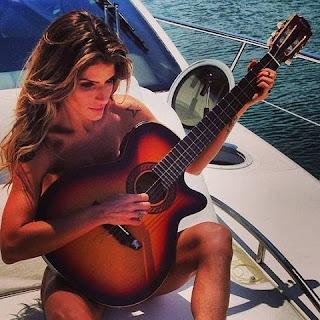 Carol Magalhães resolveu mostrar sua beleza. A modelo postou no Instagram uma imagem em que aparece como veio ao mundo feita para um making of de um ensaio que fez para uma revista.