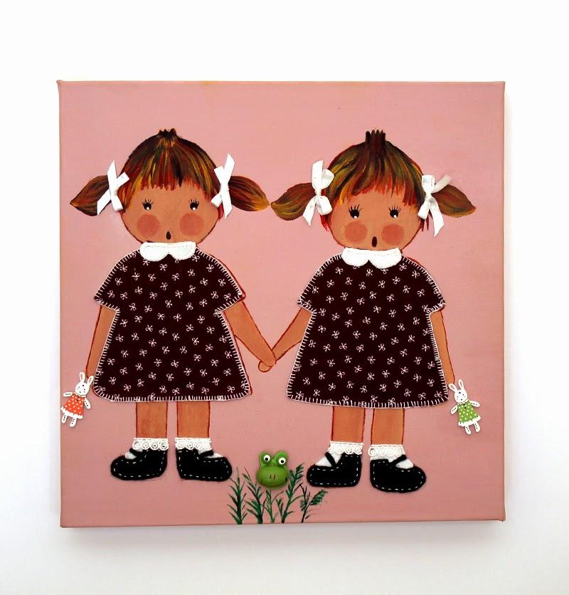 cuadro infantil con dos niñas gemelas en rosa y granate con detalles en relieve