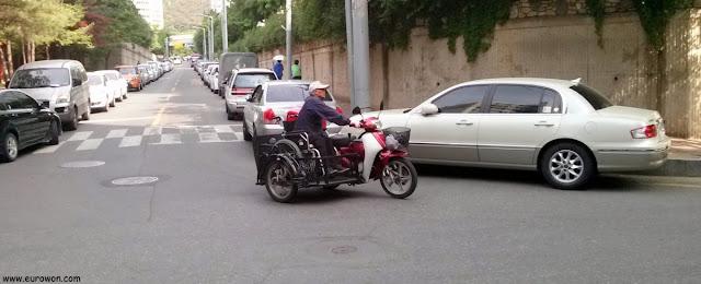 Moto adaptada para conducir sobre silla de ruedas