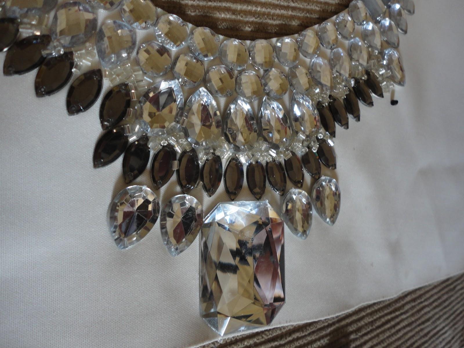 colar e amarrado com fita de cetim que e legal pois permite uma facil