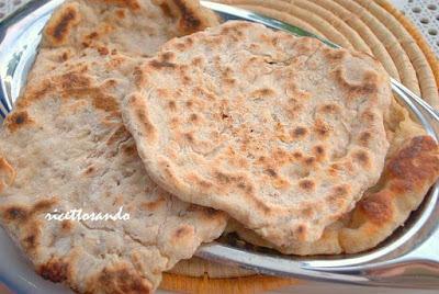 Naan pane integrale indiano ricetta di pane cotto in padella o su testo