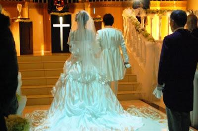 結婚式場の新郎新婦