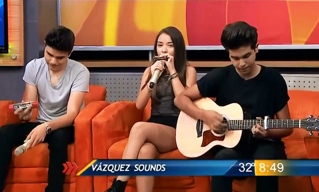 Angie Vazquez tocando la armonica mostrando piernas con vestido corto en programa de television | Ximinia
