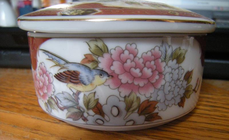 1980s Japanese Imari Porcelain Bowl Eiwa Kinsei / Róng Hé Jǐn Zhì / 栄和謹製