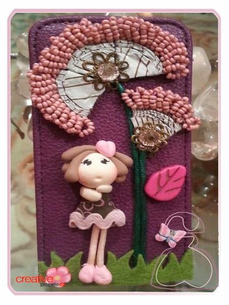 Funda de movil rosa con flores hechas con capsulas de cafe por Sylvia Lopez Morant