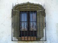 Detall d'una finestra a la part posterior de Can Serrabou
