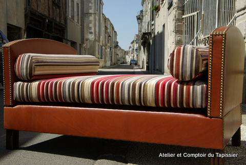 atelier et comptoir du tapissier lit de repos cuir et velours. Black Bedroom Furniture Sets. Home Design Ideas