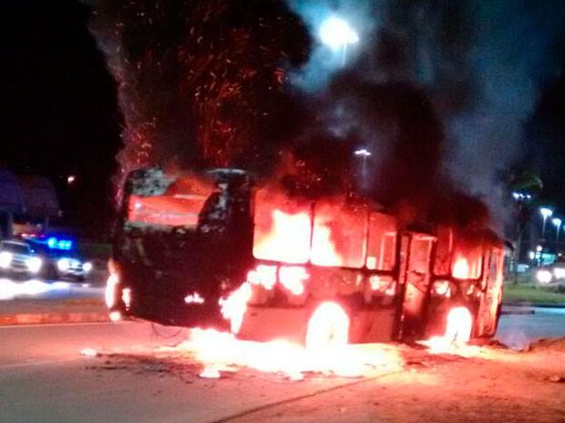 Ônibus foi incendiado no bairro de Novo Lomanto, em Itabuna (Foto: Jefferson Teixeira / Verdinho Itabuna)
