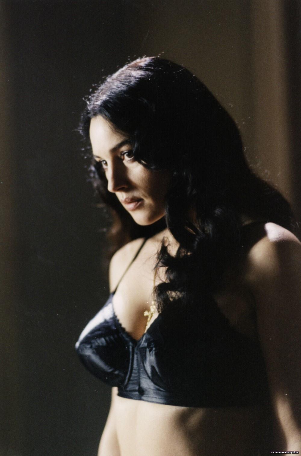 http://2.bp.blogspot.com/-nEDvWxFmFeQ/TdZNMibFsOI/AAAAAAAAB5o/fRD08HH69Oc/s1600/Hot+Pics+of+Monica+Bellucci+From+The+Movie+Malena+4.jpg