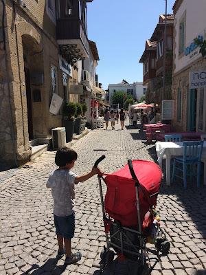 Alaçatı sokaklarında çocuklar ancak gündüz gezebilir