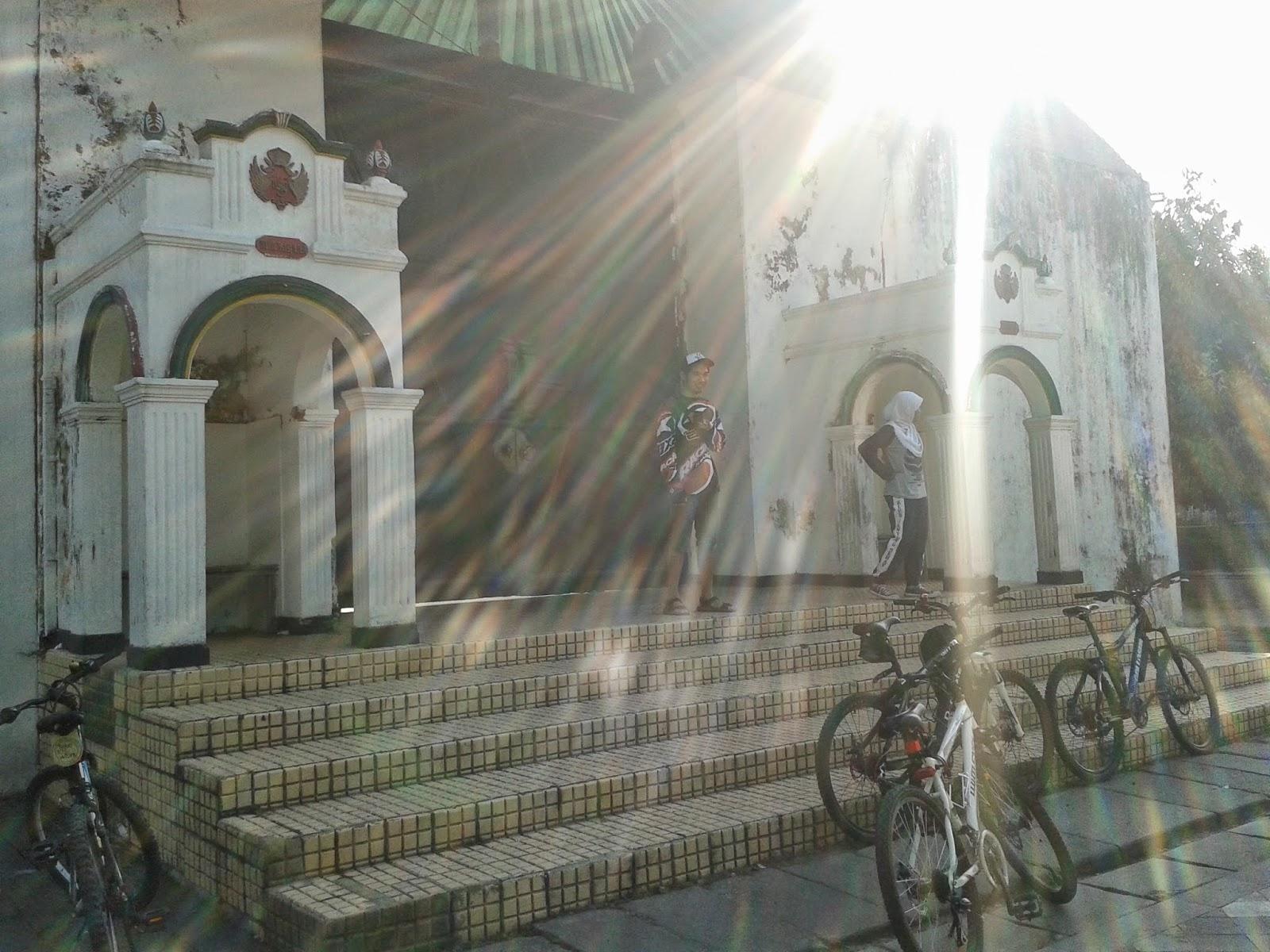 Menyempatkan berfoto sejenak diarea Keraton Yogyakarta