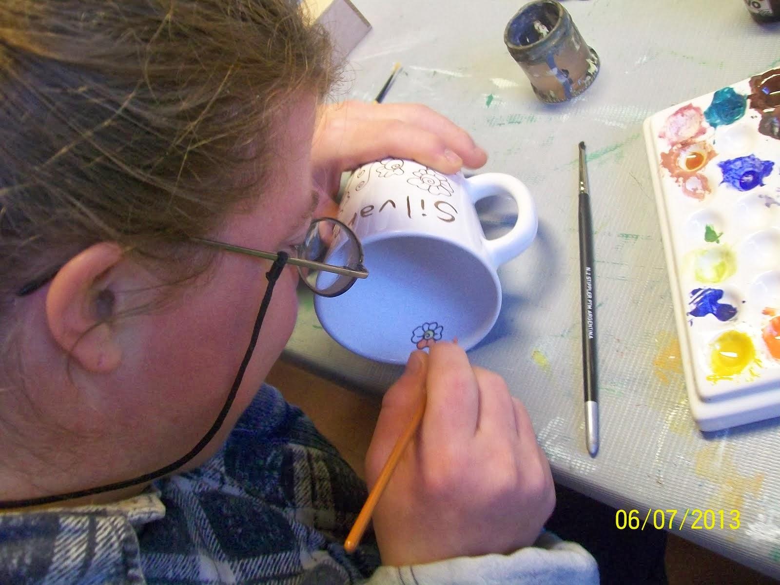 Marce pintando tazas