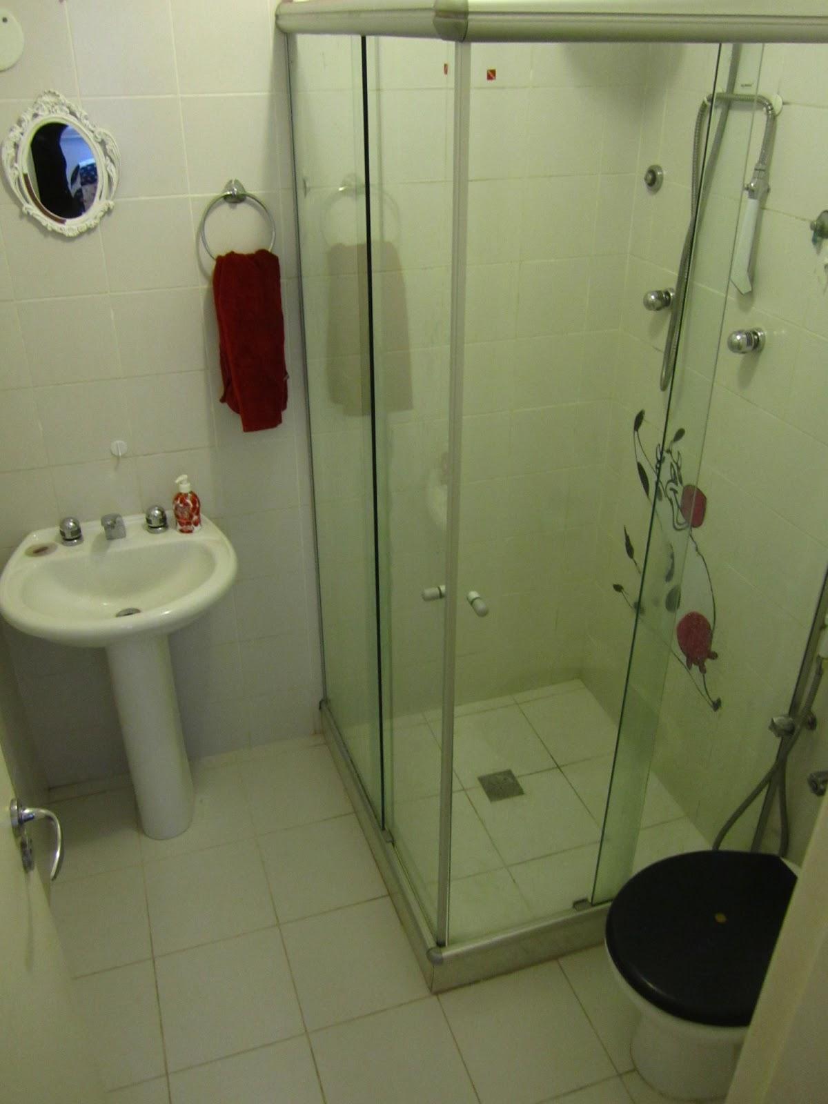 Banheiro com box blindex. O aquecedor fica na área de serviço  #385593 1200x1600 Banheiro De Blindex