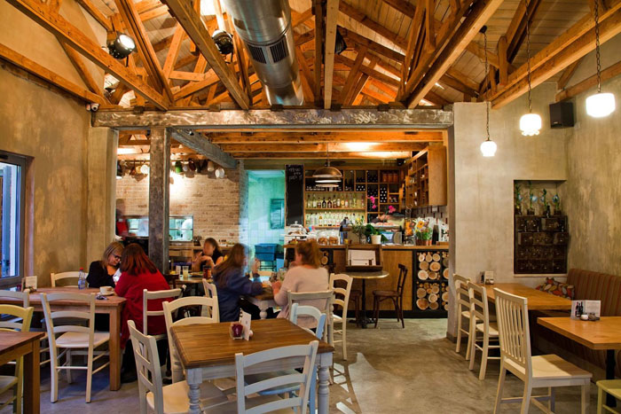 decoración rustica de un cafe restaurante -mesas salon-design-stores