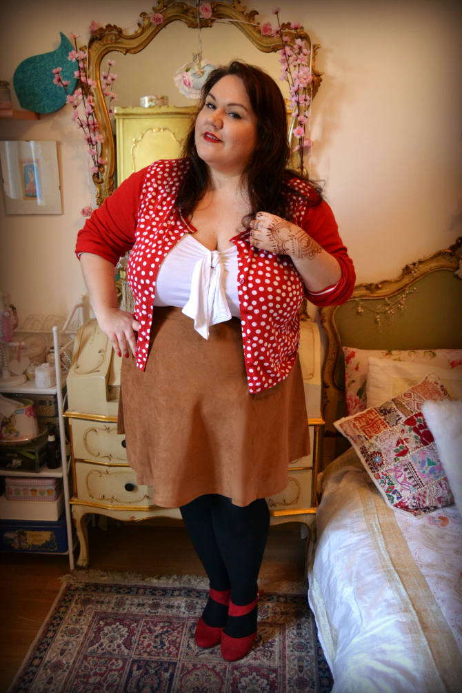 outfit plus size con gonna scamosciata in stile retrò
