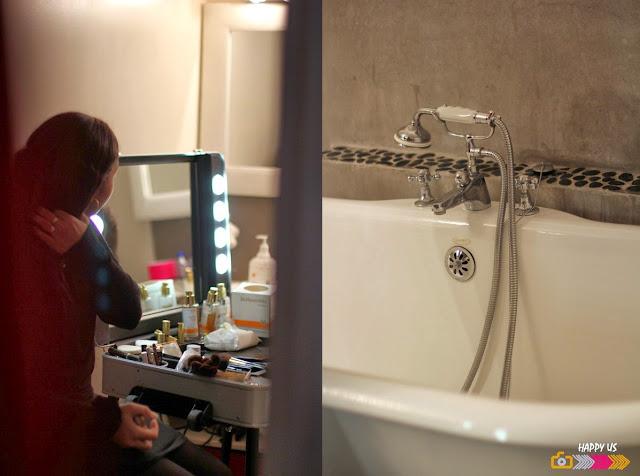 Séance maquillage dans la salle de bain!