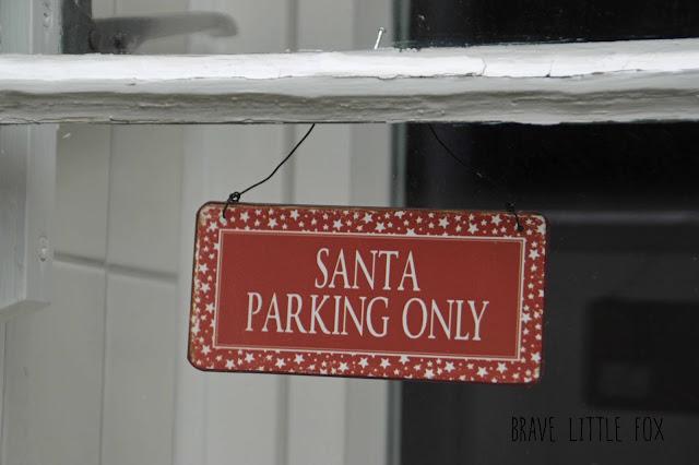 Schild Santa parking only
