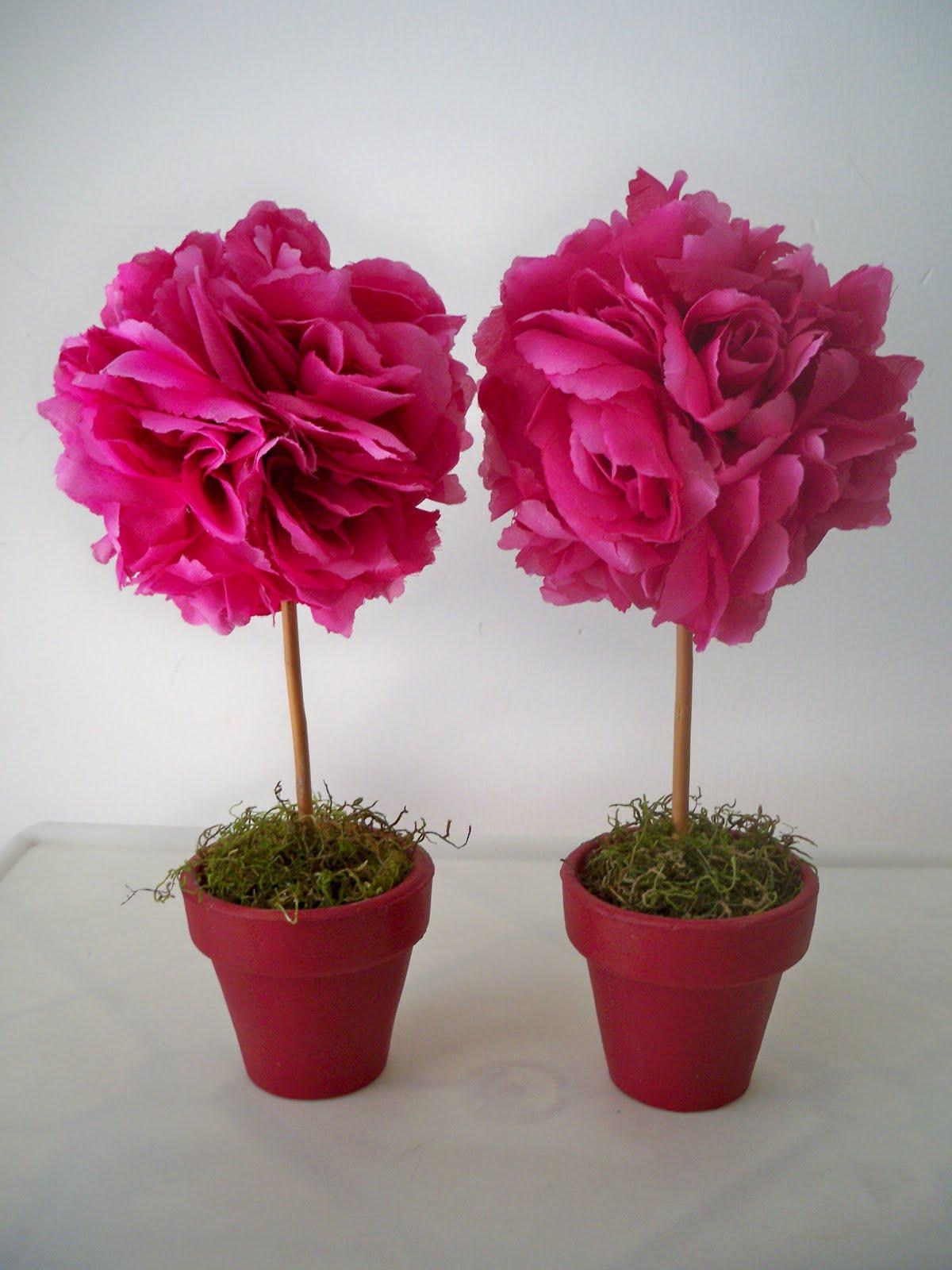 alegres topiarios realizados con flores de tela