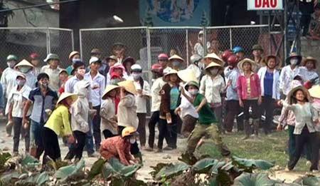 Những đối tượng quá khích trước trụ sở UBND xã Nghi Phương