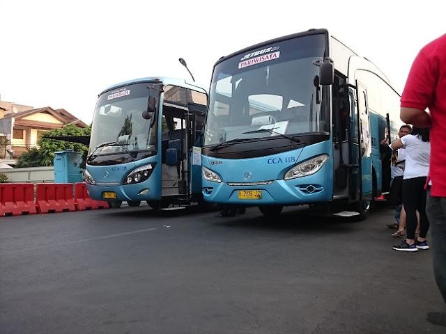 Penampakan Dua Buah Bus Warna Biru - Blog Mas Hendra