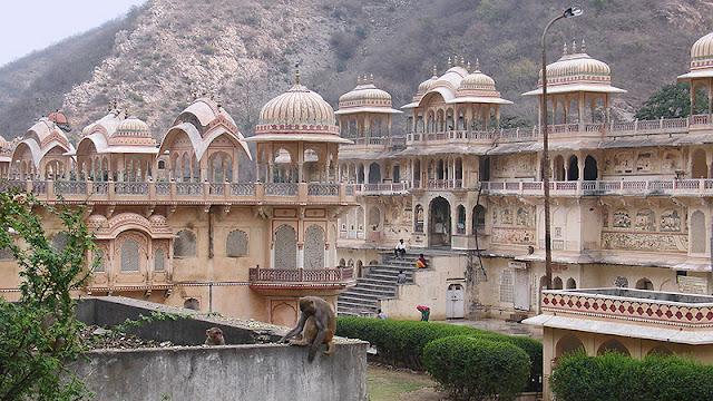 Palais à l'architecture moghole dans la vallée des singes