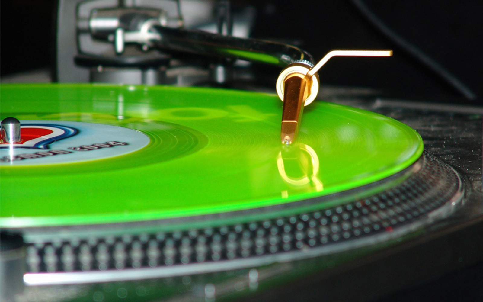 http://2.bp.blogspot.com/-nGCbCORKYvE/Too8cqTCgYI/AAAAAAAABdo/xU5tElWAkJo/s1600/Turntable_Record_Neon_Lamp_Green_Music_Gramaphone_HD_Wallpapers_Vvallpaper.net.jpg