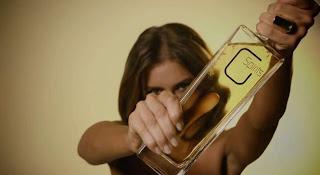 Cada gota da bebida é derramada sobre seios nus antes do engarrafamento