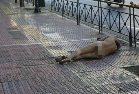 Η φωτογραφία άστεγου από το κέντρο της Αθήνας που ΣΟΚΑΡΕΙ και κάνει το γύρο του κόσμου!