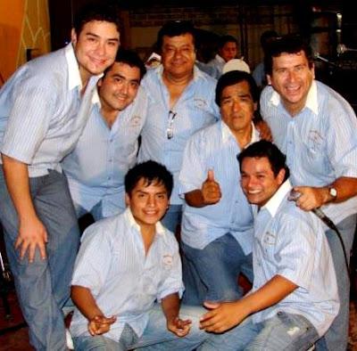 Armonía 10 con camisa celeste y jean