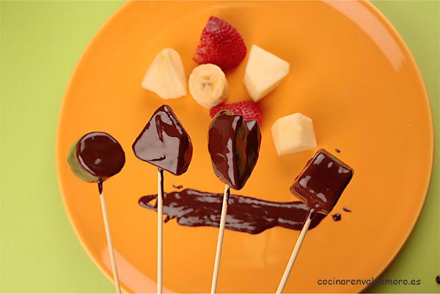 Frutas con chocolate listas para comer