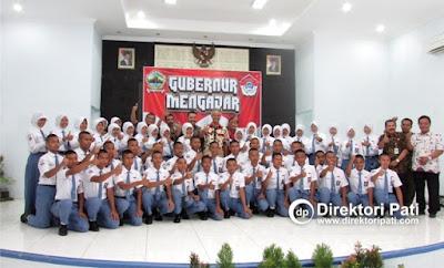 Gubernur Ganjar Pranowo foto bersama siswa-siswi SMKN Jawa Tengah