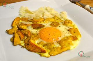 Huevos con amanita y parmesano.