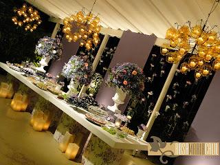 pés com tecido coordenados, velas, lustres enormes, jarras âmbar, arranjos florais altos