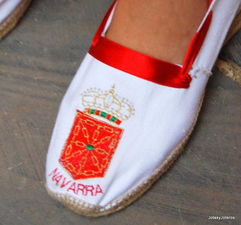 Jotero persona que canta la jota. En Navarra se pueden fijar tres grandes zonas históricas de joteros Peralta, Tudela y Tafalla, cada una con matices y