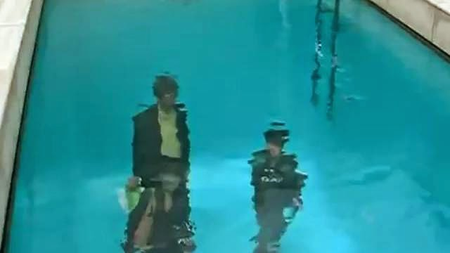 Une fausse piscine avec des gens en dessous de l'eau qui respire