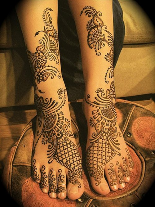 Indian Dulhan Mehndi on the hands and feet