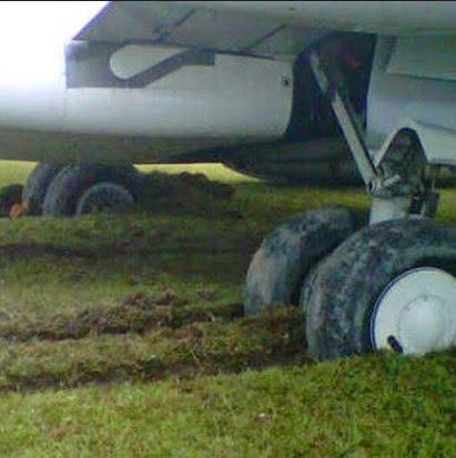 Pesawat Garuda Patah dan Tergelincir
