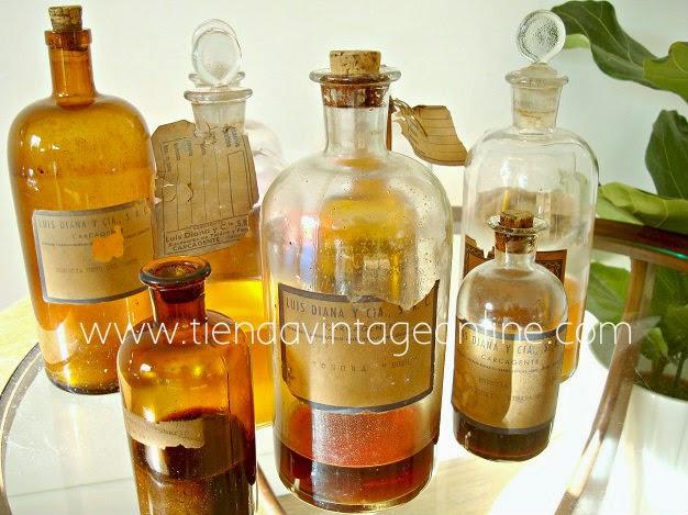 Botellas de cristal antiguas de farmacia y botica