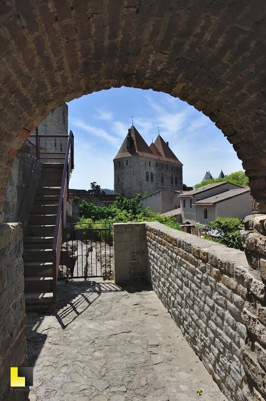 les deux tours de l'entrée Narbonaise de la cité de Carcassonne photo pascal blachier