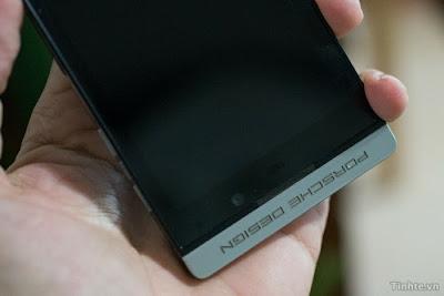 ¡Mira lo que tenemos aquí! Dos nuevas imágenes del BlackBerry Porsche Design P'9982, que aún no se ha anunciado. Nuestro buen amigo GRP12 través de tinhte.vn ha compartido con nosotros lo que uúltimamente hemos estado viendo. Hemos mostrado varias imágenes del BlackBerry P'9982 Porsche Design, incluyendo algunas imágenes impresionantes del reloj rediseñado. En una de las imágenes se puede observar un dispositivo bluetooth headset apoyado en el P'9982. ¿Podría BlackBerry ofrecer un auricular Bluetooth con el P'9982 Porsche Design? Háganos saber lo que piensas en los comentarios.