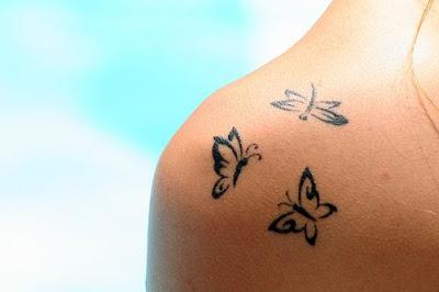 Tattoo Feminina borboletas no ombro
