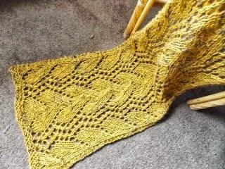Voor alle dag: TE KOOP:oker gele wollen shawl