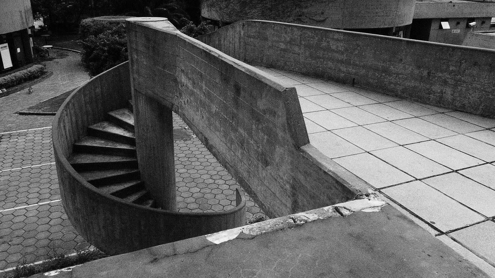 la idea principal segn lo relata el arquitecto testa fue ubicar los depsitos del bajo tierra que el estado decidi